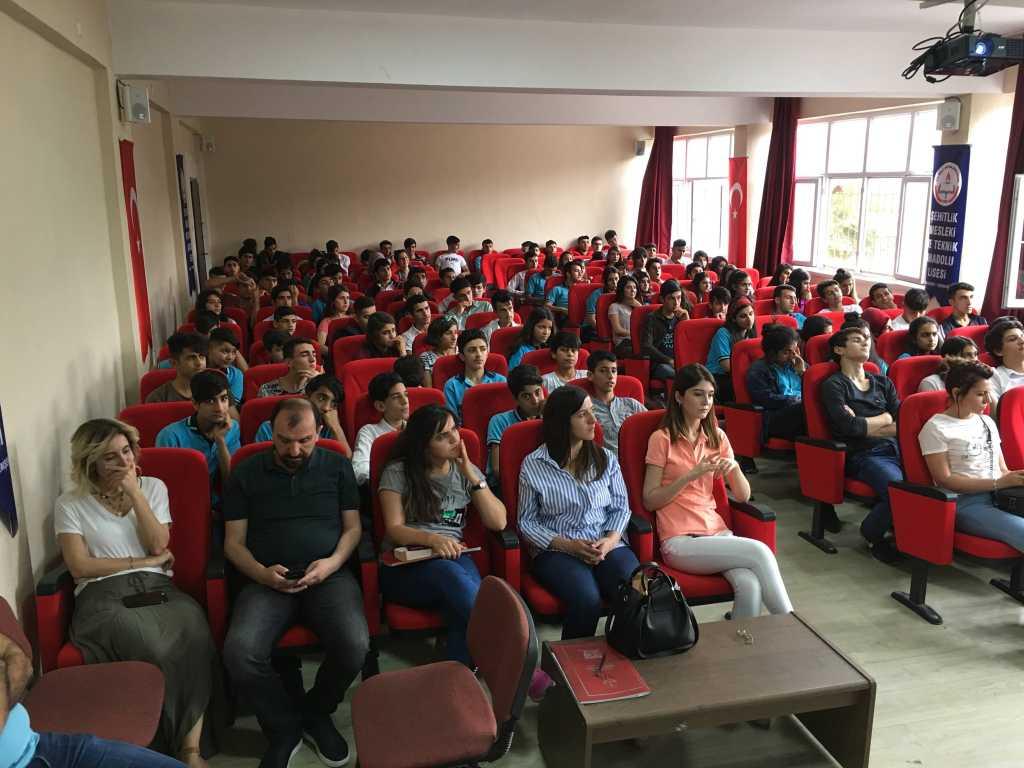 Diyarbakır Yenişehir Şehitlik Mesleki ve Teknik Anadolu Lisesi'nde Bilinçli ve Güvenli İnternet Semineri
