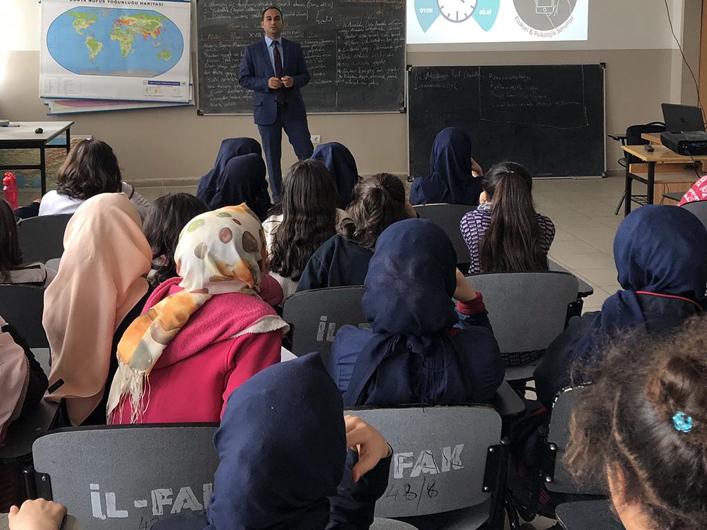 Diyarbakır Ertuğrul Gazi İmam-Hatip Ortaokulu'nda Bilinçli ve Güvenli İnternet Semineri
