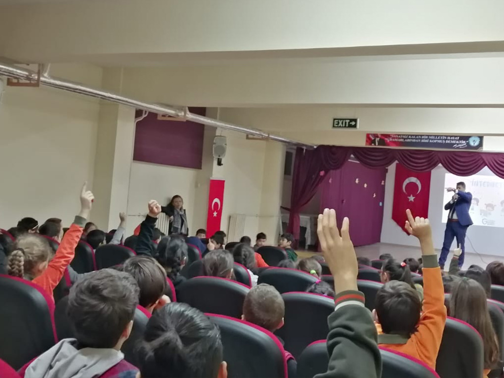 Ankara Etimesgut Eryaman Türkkonut İlkokulu Öğretmen ve Velilere, Bilinçli ve Güvenli İnternet Semineri