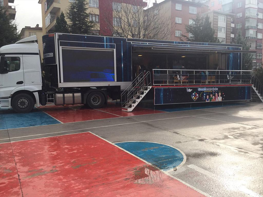 Güvenl İnternet Tırı Ankara Yenimahalle Şehit Hakan Ünver İmam-Hatip Ortaokulu'nda