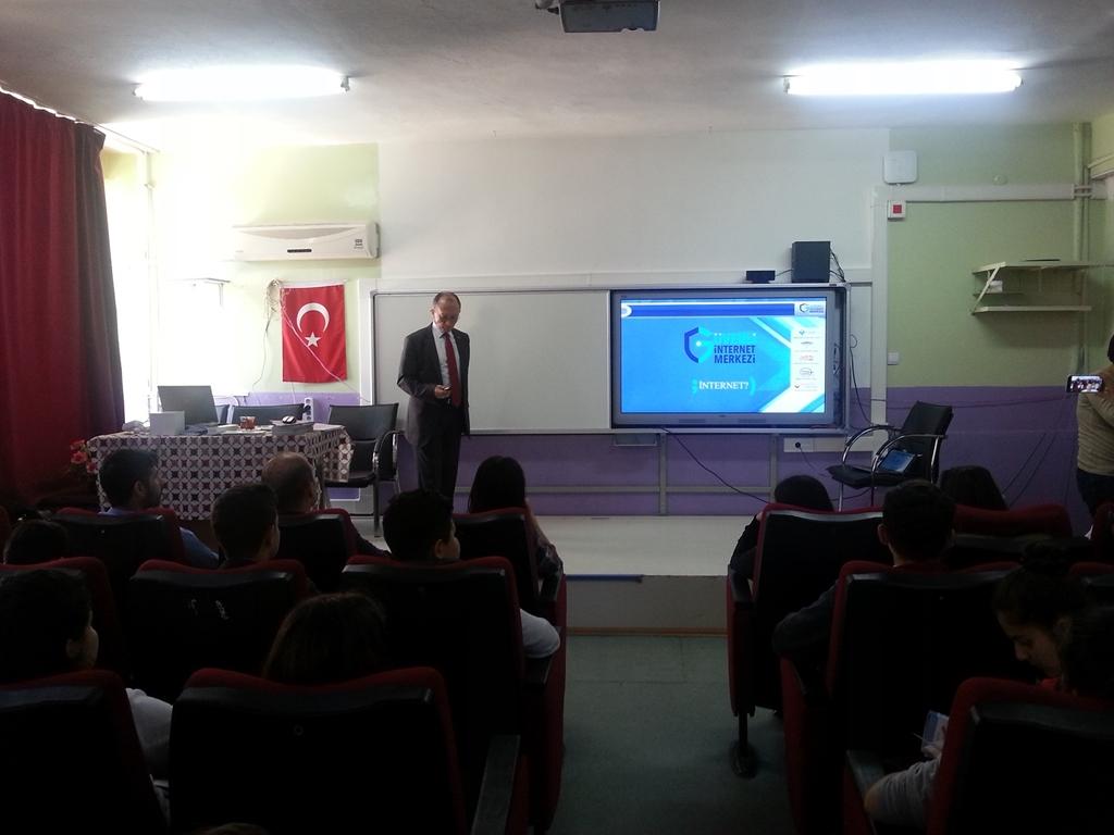 İzmir Beydağ Atatürk Ortaokulu'nda Bilinçli ve Güvenli İnternet Semineri