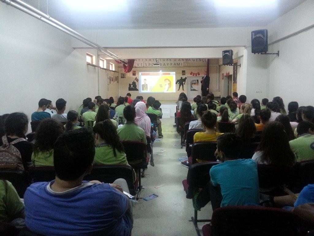 İzmir Tire Cumhuriyet Ortaokulu'nda Bilinçli ve Güvenli İnternet Semineri