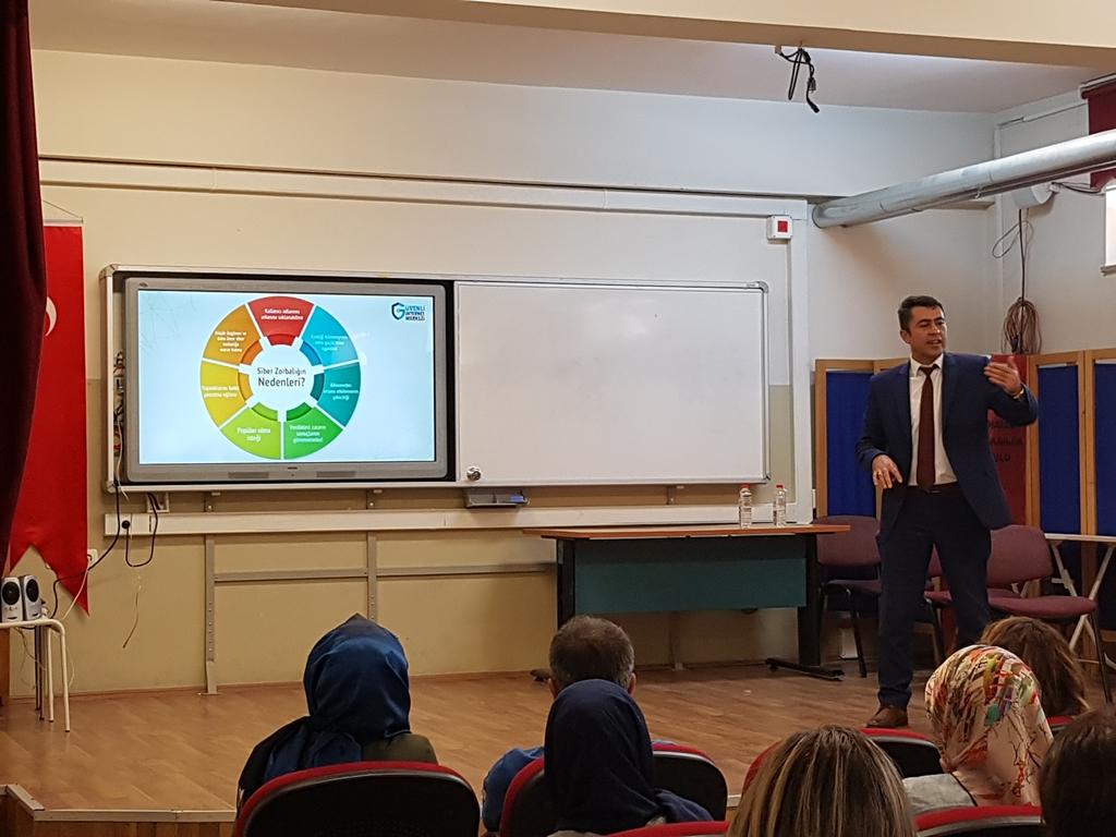 Ankara Yenimahalle Özkent Akbilek Ortaokulu'nda Bilinçli ve Güvenli İnternet Kullanımı Eğitici Eğitimi