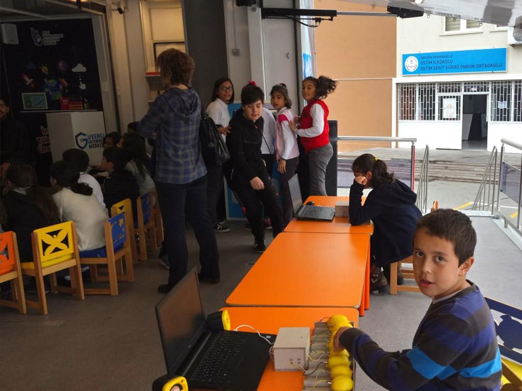 Güvenli İnternet Tırı Ankara Yenimahalle Şehit Şükrü Öngün Ortaokulu'nda