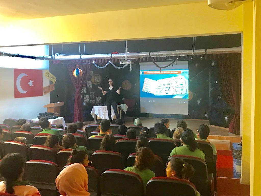 İstanbul Zeytinburnu Abdülhak Hamit Ortaokulu'nda Bilinçli ve Güvenli İnternet Semineri
