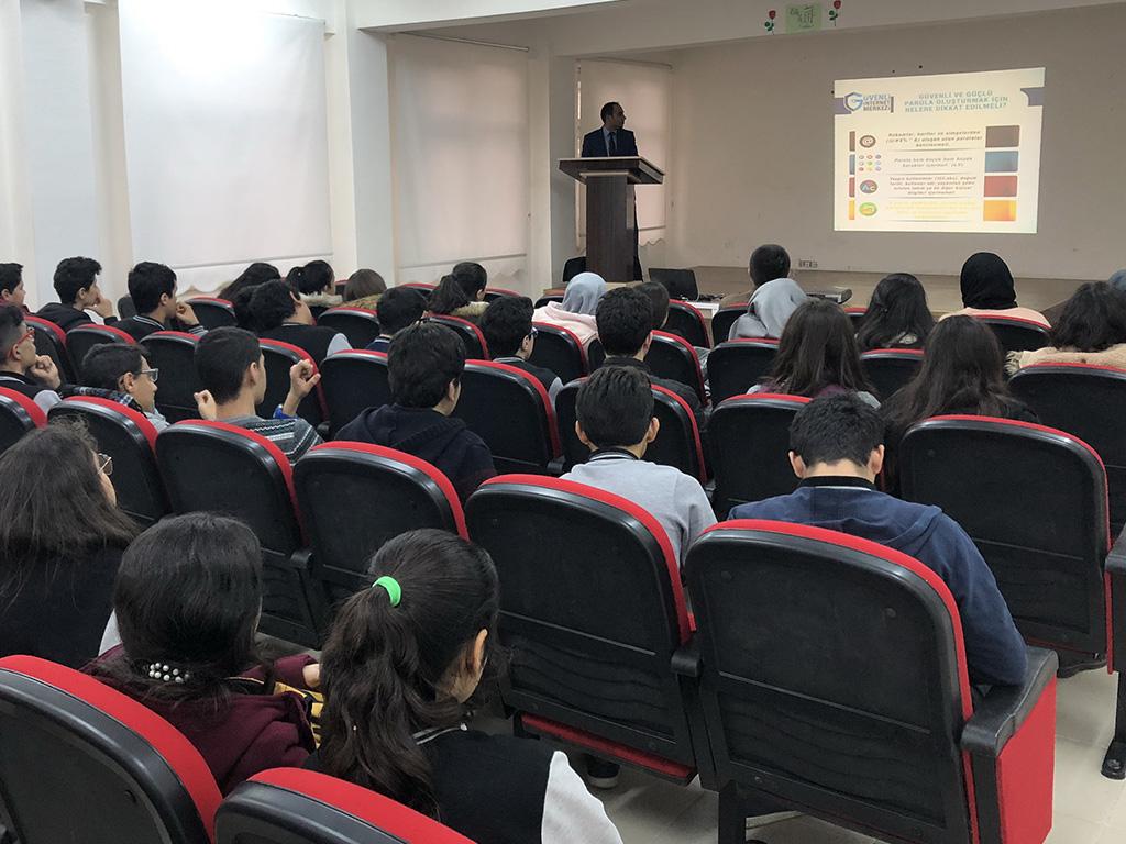Diyarbakır Adnan Menderes Anadolu Lisesi'nde Bilinçli ve Güvenli İnternet Semineri