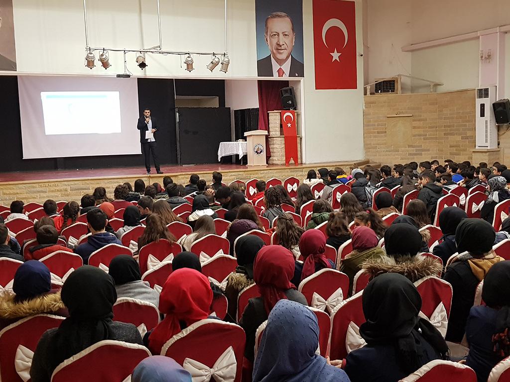Kocaeli Kandıra Prof. Turan Güneş Kültür Merkezi'nde Liselere, Bilinçli ve Güvenli İnternet Semineri