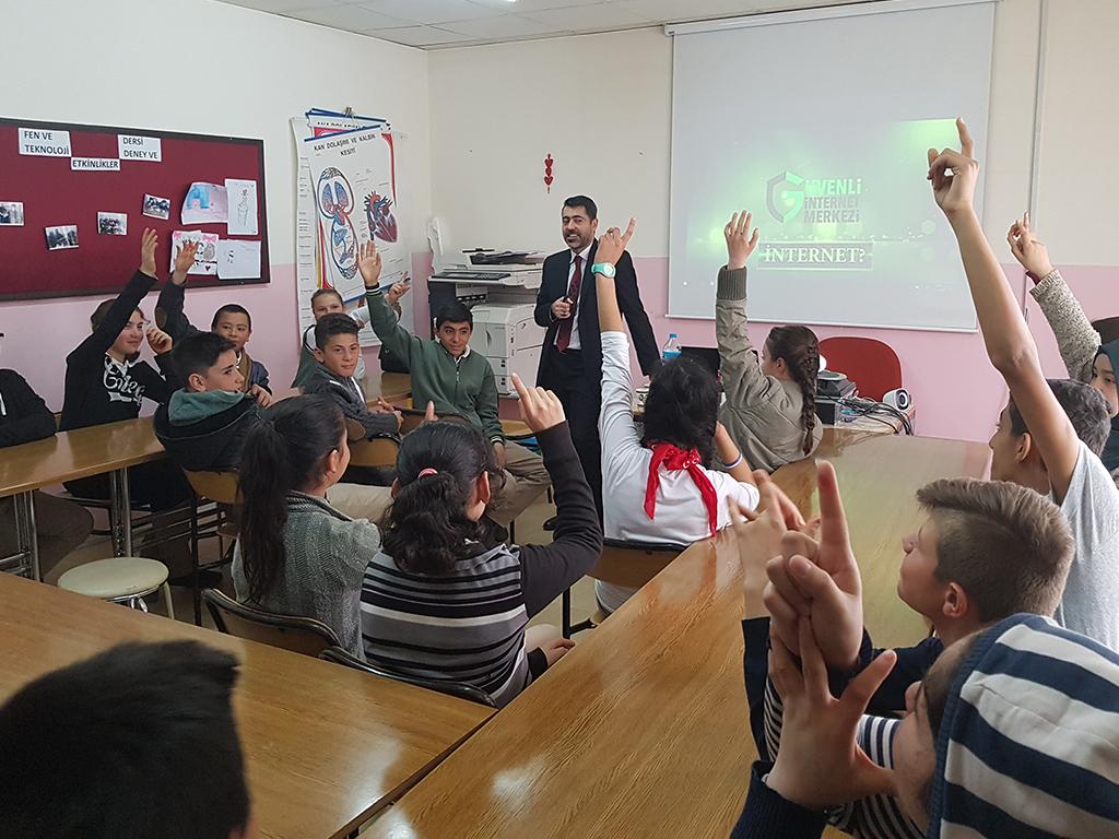 Ankara Gölbaşı Ayşe Özbağı İlk ve Ortaokulu'nda Bilinçli ve Güvenli İnternet Semineri