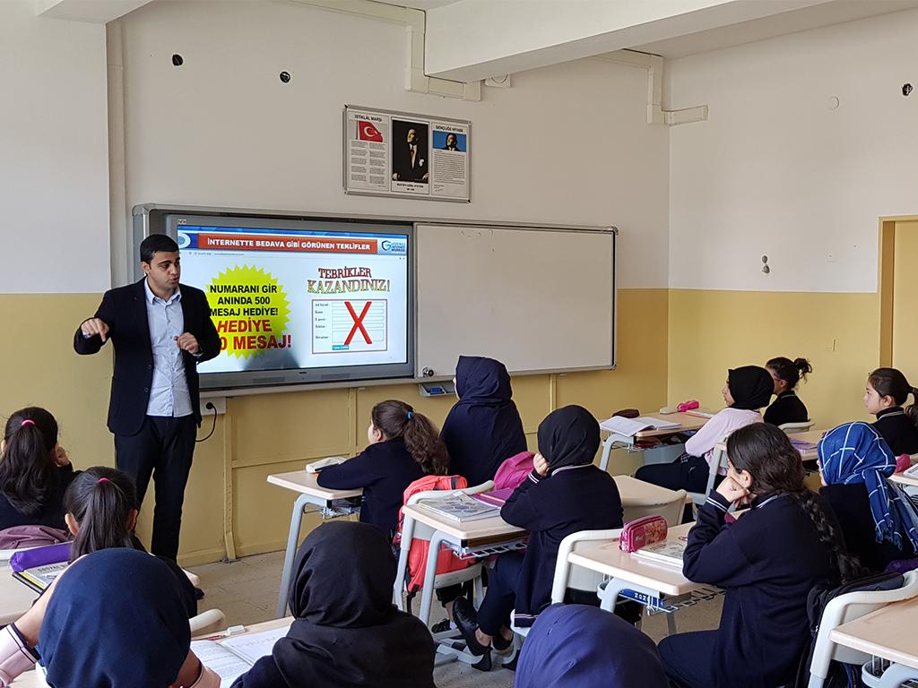 İstanbul Zeytinburnu Kazlıçeşme Abay Kız Anadolu İmam-Hatip Ortaokulu'nda Bilinçli ve Güvenli İnternet Semineri