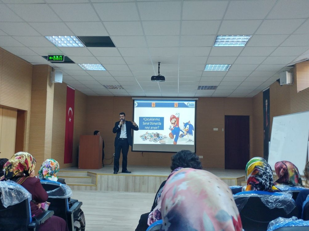 Ankara Ticaret Odası İlkokulu'nda Bilinçli ve Güvenli İnternet Ebeveyn Semineri
