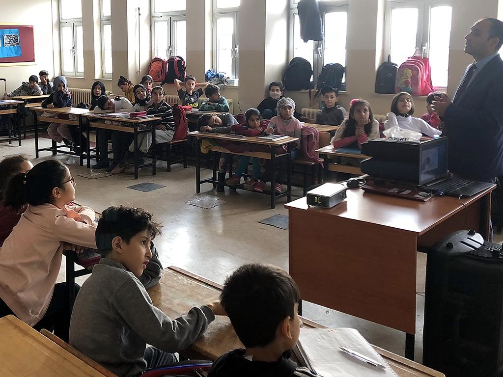 Diyarbakır Mehmet Akif İnan İmam-Hatip Ortaokulu'nda Bilinçli ve Güvenli İnternet Semineri