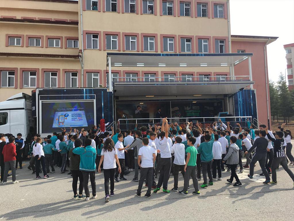Güvenli İnternet Tırı Ankara Etimesgut Ahi Evran Ortaokulu'nda