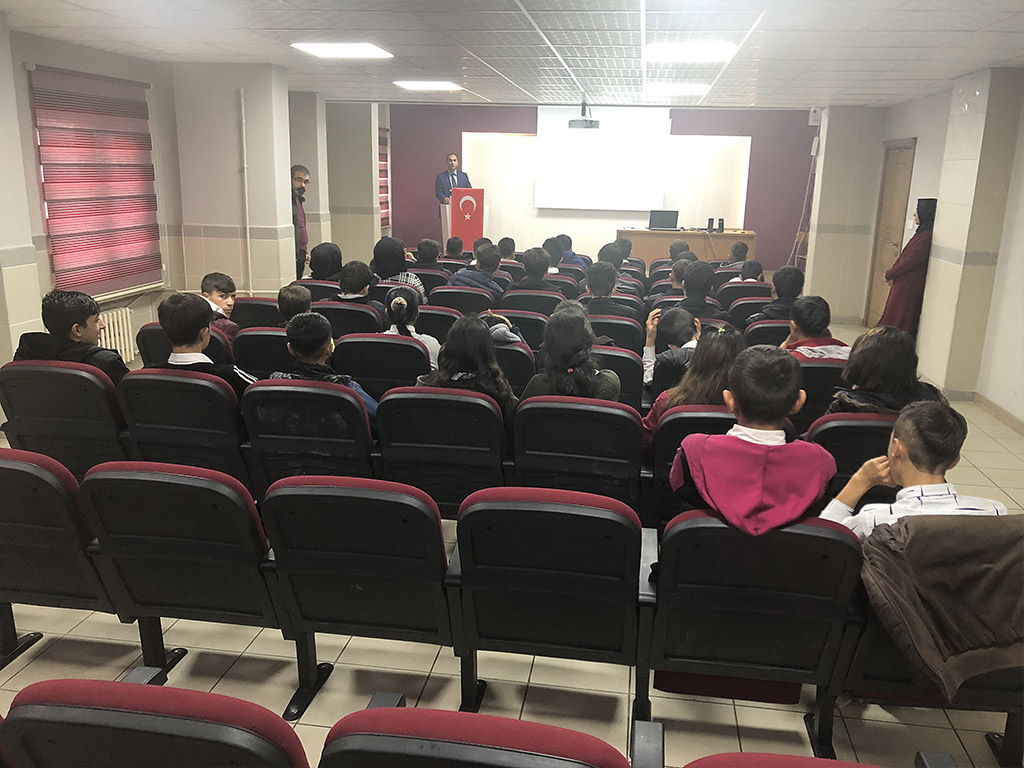 Batman Cumhuriyet Mesleki ve Teknik Anadolu Lisesi'nde Bilinçli ve Güvenli İnternet Semineri
